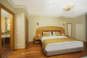 Golden_Park_Suite_room2.jpg